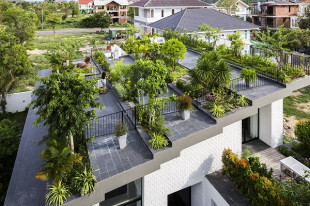 Vườn bậc thang xanh mướt trên sân thượng biệt thự hơn 270m2