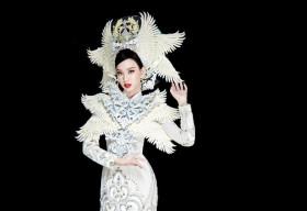 Ái Nhi trình diễn áo dài nặng 30kg của NTK Minh Châu tại Miss Intercontinental 2021