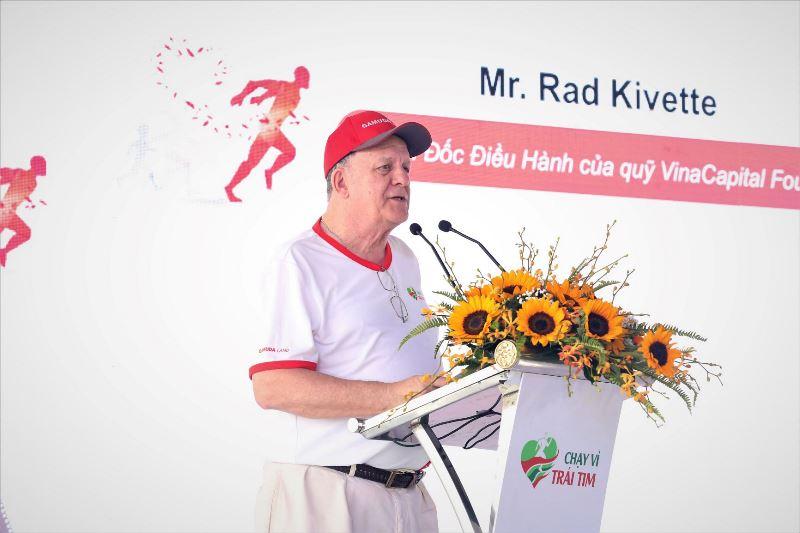 Ông Rad Kivette Giám đốc điều hành Quỹ Nhịp tim Việt Nam phát biểu tại sự kiện Chạy Vì Trái Tim lần 7 quyên góp được hơn 6 tỷ đồng, gần 250 trẻ em nghèo sẽ được chữa trị