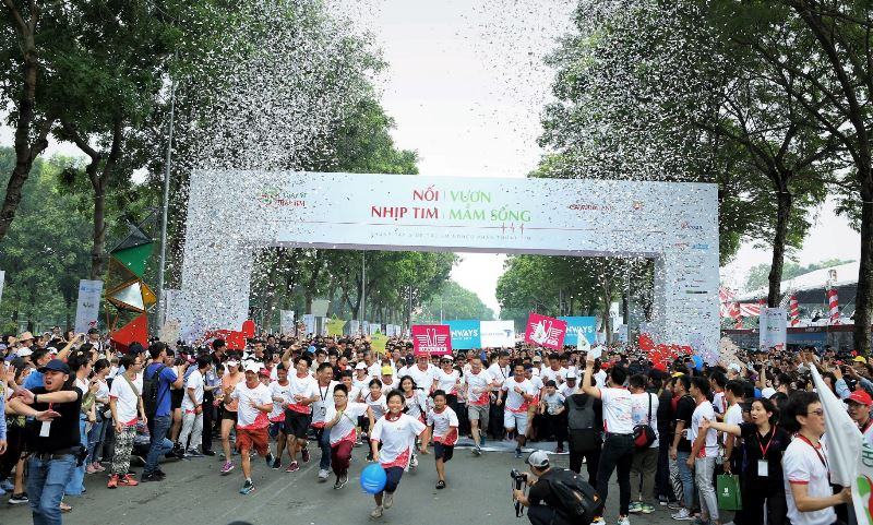 Không khí sôi động khi cuộc đua bắt đầu Chạy Vì Trái Tim lần 7 quyên góp được hơn 6 tỷ đồng, gần 250 trẻ em nghèo sẽ được chữa trị