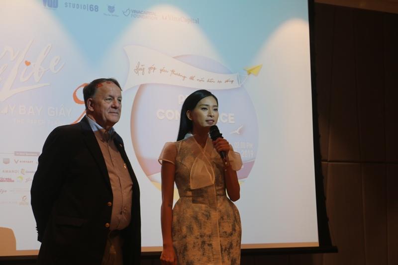 Ong Rad Kivette CEO The VinaCapital Foundation cung Dai su Nhip Tim Viet Nam Ngo Thanh Van chia se ve su kien Vết Sẹo Cuộc Đời 9   Máy Bay Giấy: Góp yêu thương nối liền sự sống