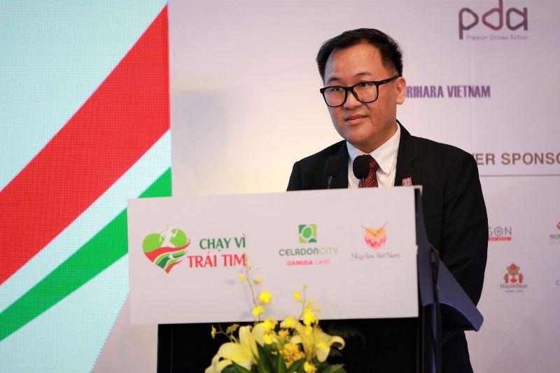 PTGD Gamuda Land HCMC Angus Liew phát biểu giới thiệu chương trình Chạy Vì Trái Tim 2019 Đông đảo nghệ sĩ hào hứng hưởng ứng Chạy Vì Trái Tim lần 7