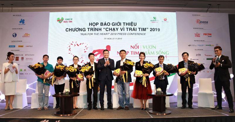 TGĐ Gamuda Land HCMC Wyeren Yap cùng đại diện các nhà tài trợ chính của chương trình Đông đảo nghệ sĩ hào hứng hưởng ứng Chạy Vì Trái Tim lần 7