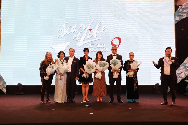 Ong Don Lam chup hinh cung cac nha tai tro dau gia thang vat pham Ngô Thanh Vân cùng ekip Vết sẹo cuộc đời quyên góp được hơn 14.5 tỷ, giúp trẻ em bệnh tim bẩm sinh