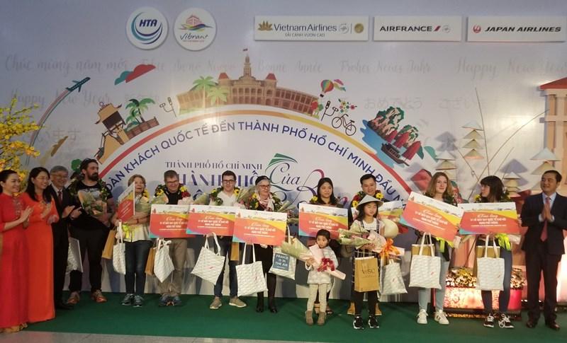 TPHCM đón vị khách quốc tế đầu tiên trong năm 2020 1 TPHCM đón đoàn khách quốc tế đầu tiên trong năm 2020