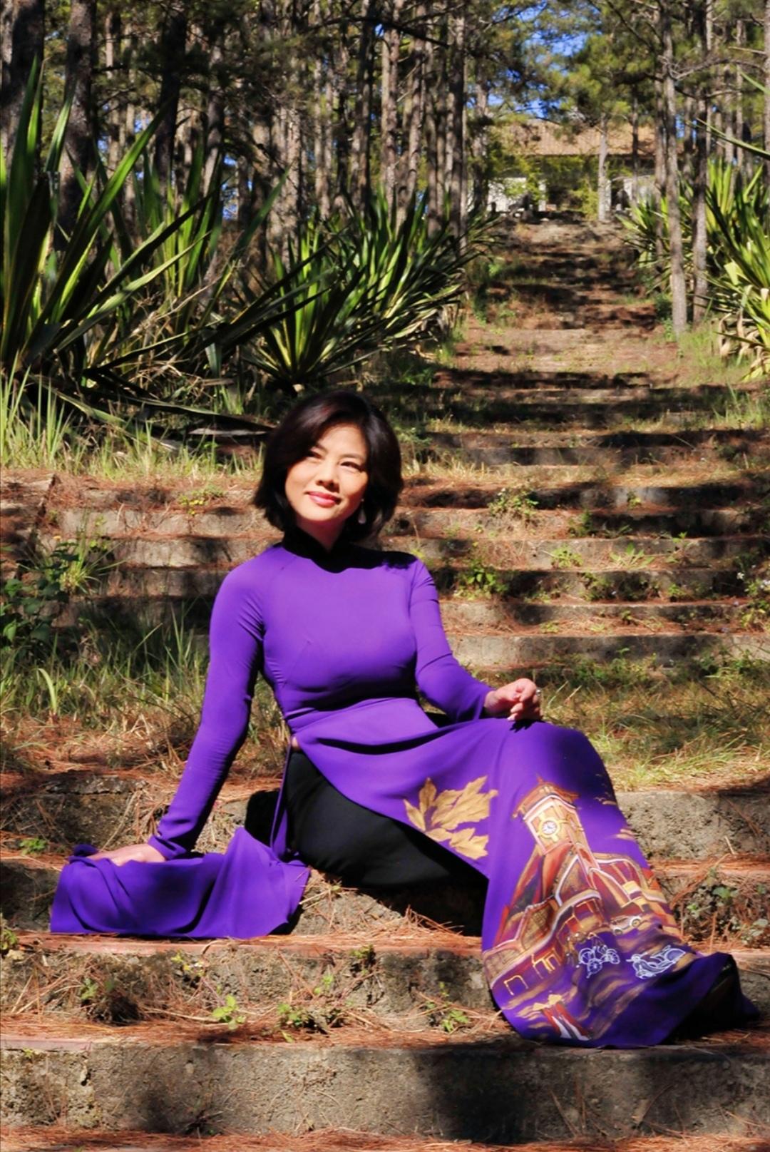 Screenshot 20200203 102130 Nữ hoàng sexy hải ngoại Hồ Lệ Thu khoe dáng với áo dài Xuân