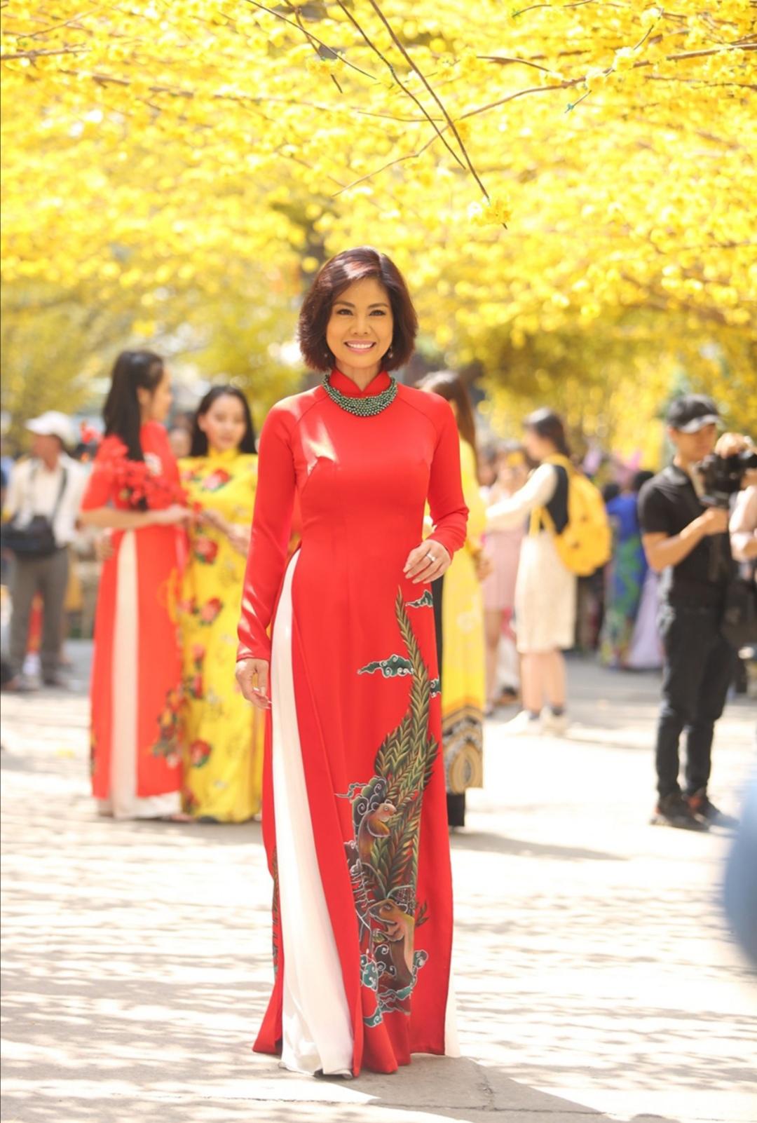 Screenshot 20200203 102149 Nữ hoàng sexy hải ngoại Hồ Lệ Thu khoe dáng với áo dài Xuân