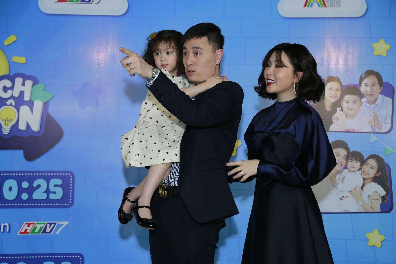 """GIA DINH CAM CAM 1 Đoan Trang """"tan chảy"""" vì con gái Sol nói lời yêu mẹ tại buổi họp báo livestream Thử Thách Lớn Khôn"""