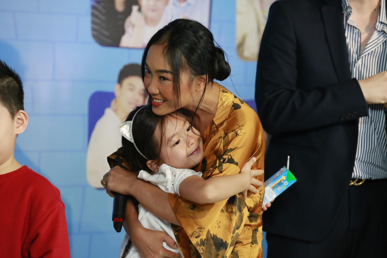 """ME CON DOAN TRANG 1 Đoan Trang """"tan chảy"""" vì con gái Sol nói lời yêu mẹ tại buổi họp báo livestream Thử Thách Lớn Khôn"""