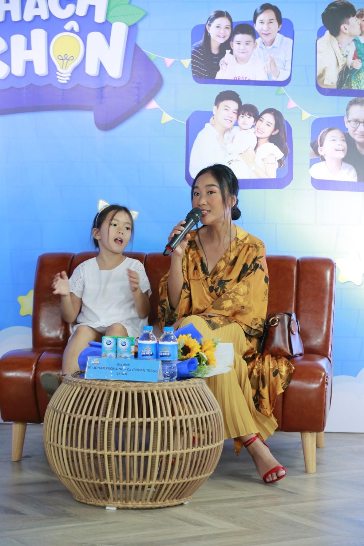 """ME CON DOAN TRANG 4 Đoan Trang """"tan chảy"""" vì con gái Sol nói lời yêu mẹ tại buổi họp báo livestream Thử Thách Lớn Khôn"""