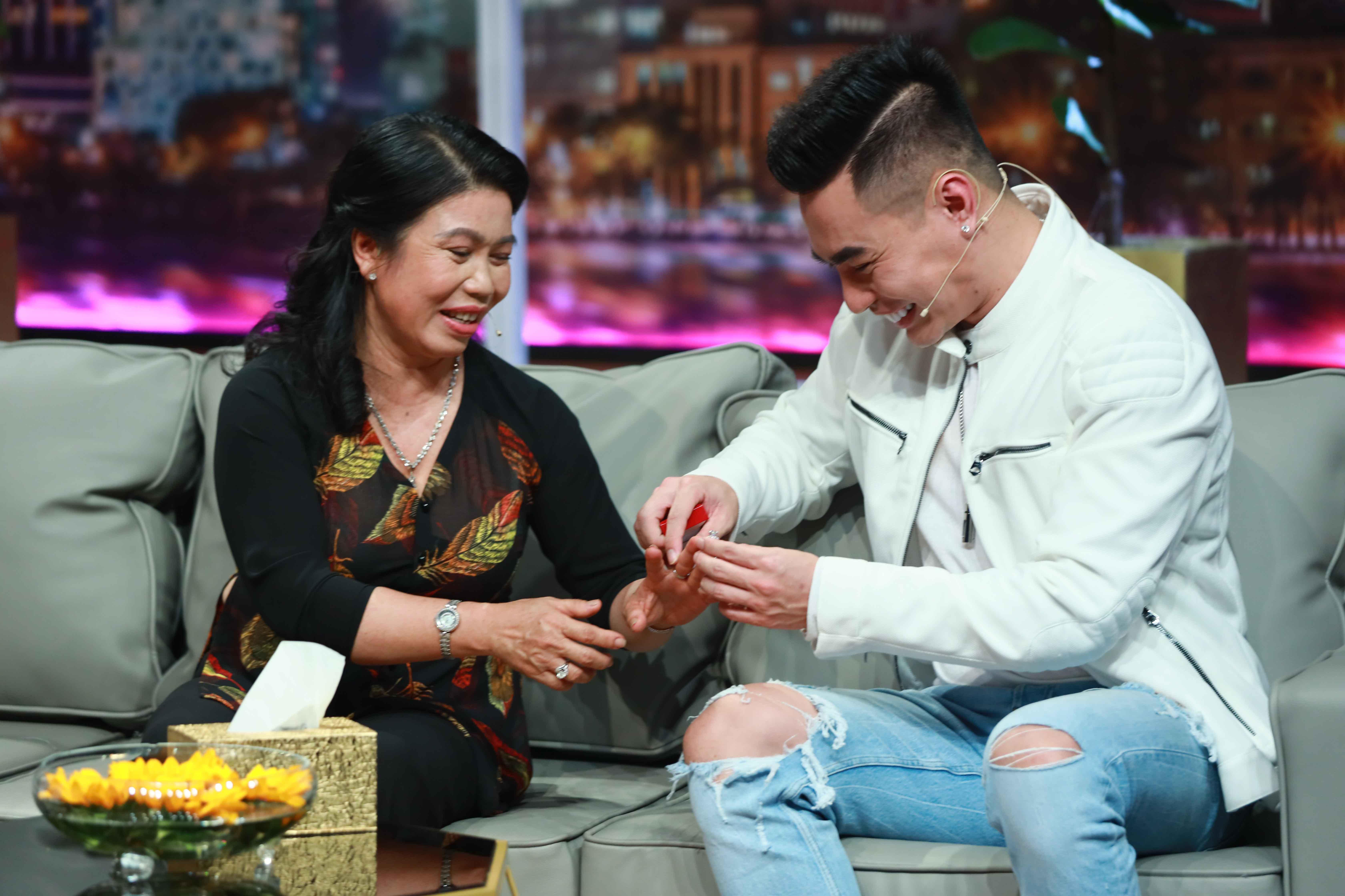 """mtvn 10 7313 Lê Dương Bảo Lâm """"chơi lớn"""" tặng mẹ nhẫn kim cương trong lần đầu xuất hiện trên sóng truyền hình"""
