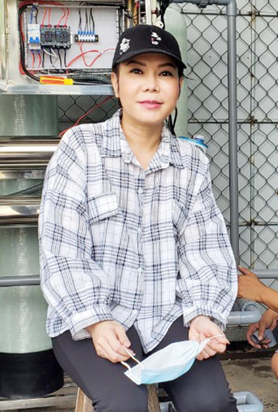 H1 1 Nghệ sĩ Việt Hương tặng máy lọc nước cho người dân Bến Tre