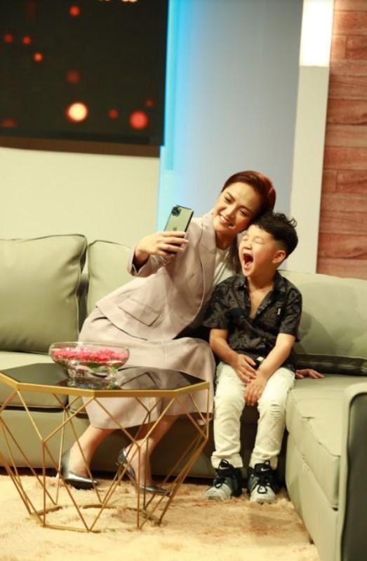 Thu Quỳnh và con trai Thu Quỳnh vỡ òa hạnh phúc khi con trai 5 tuổi nói sẽ bảo vệ mẹ