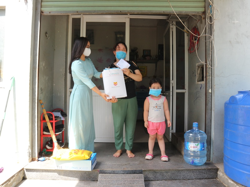 Đại diện Tập đoàn VinaCapital trao phần quà hỗ trợ cho gia đình trẻ mắc bệnh tim bẩm sinh VinaCapital và VinaCapital Foundation trao tặng thiết bị bảo hộ phòng chống dịch COVID 19 cho Đà Nẵng