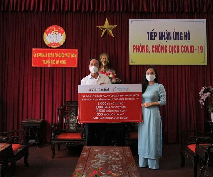 Đại diện Tập đoàn VinaCapital trao tặng hỗ trợ cho Đại diện Ủy ban Mặt trận Tổ quốc Việt Nam tại Đà Nẵng VinaCapital và VinaCapital Foundation trao tặng thiết bị bảo hộ phòng chống dịch COVID 19 cho Đà Nẵng