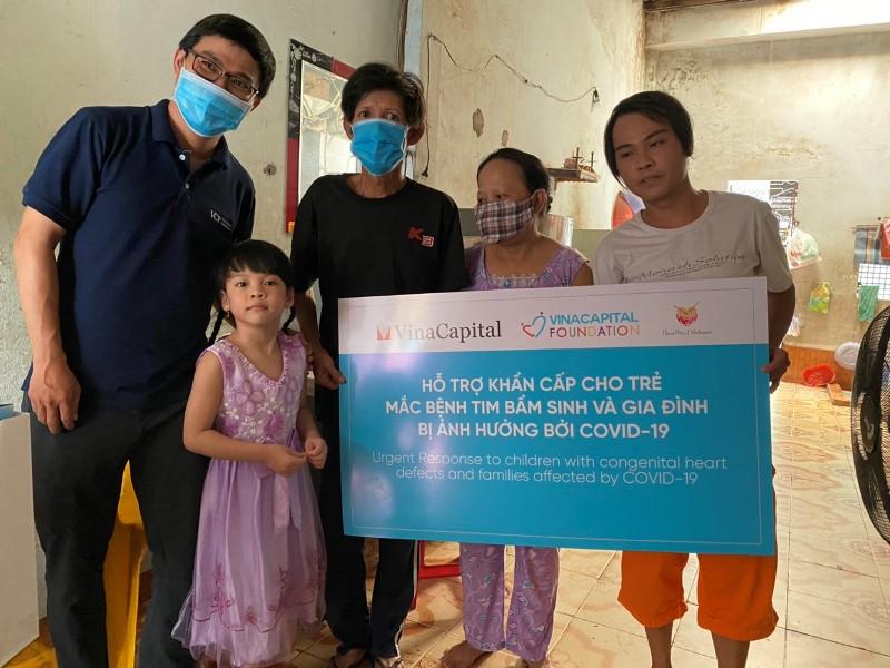 Đại diện VinaCapital Foundation trao phần quà hỗ trợ cho gia đình trẻ mắc bệnh tim bẩm sinh VinaCapital và VinaCapital Foundation trao tặng thiết bị bảo hộ phòng chống dịch COVID 19 cho Đà Nẵng