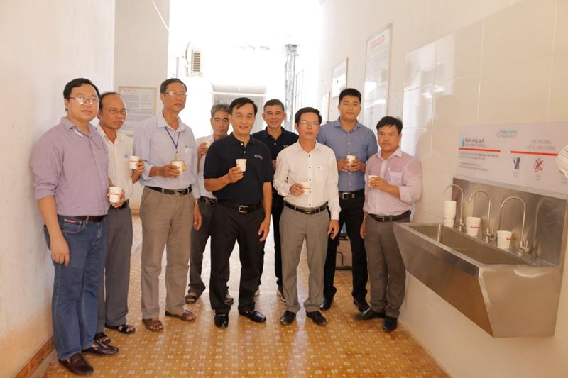Ông Phan Thanh Tân ông Nguyễn Anh Tuấn ông Lê Văn Ninh và các cán bộ trải nghiệm nước từ hệ thống lọc HSBC Việt Nam và VinaCapital Foundation trao tặng hệ thống lọc nước tại đảo Lý Sơn