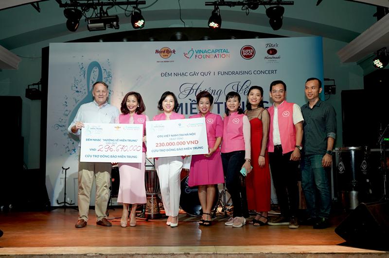Ông Rad Kivette Tổng Giám đốc VinaCapital Foundation và đại diện OTG Việt Nam chụp hình cùng bảng tượng trưng cho số tiền gây quỹ được trong chiến dịch VinaCapital Foundation gây quỹ hơn 530 triệu VND qua chiến dịch Hướng về miền Trung