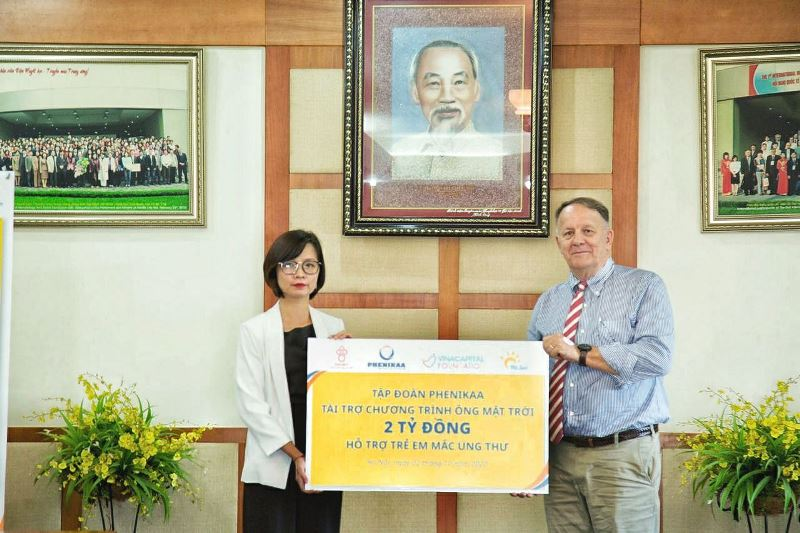 Đại diện Tập đoàn Phenikaa trao tặng bảng tượng trưng nguồn tài trợ 2 tỷ đồng cho ông Rad Kivette Tổng giám đốc VinaCapital Foundation Tập đoàn Phenikaa trao tặng 2 tỷ đồng cho chương trình Ông Mặt Trời hỗ trợ trẻ em mắc bệnh ung thu