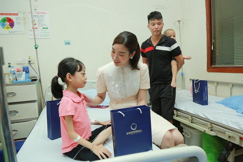 Đại sứ Chương trình Ông Mặt Trời Đỗ Mỹ Linh thăm hỏi và tặng quà bệnh nhi Khoa bệnh máu trẻ em Tập đoàn Phenikaa trao tặng 2 tỷ đồng cho chương trình Ông Mặt Trời hỗ trợ trẻ em mắc bệnh ung thu