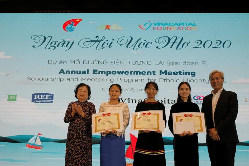 Bà Trương Mỹ Hoa và ông Don Lam trao bằng khen và phần thưởng cho các em nữ sinh có thành tích học tập xuất sắc trong năm học 2019 2020 Ngày hội Ước mơ dành cho 50 nữ sinh dân tộc thiểu số của dự án Mở đường đến tương lai