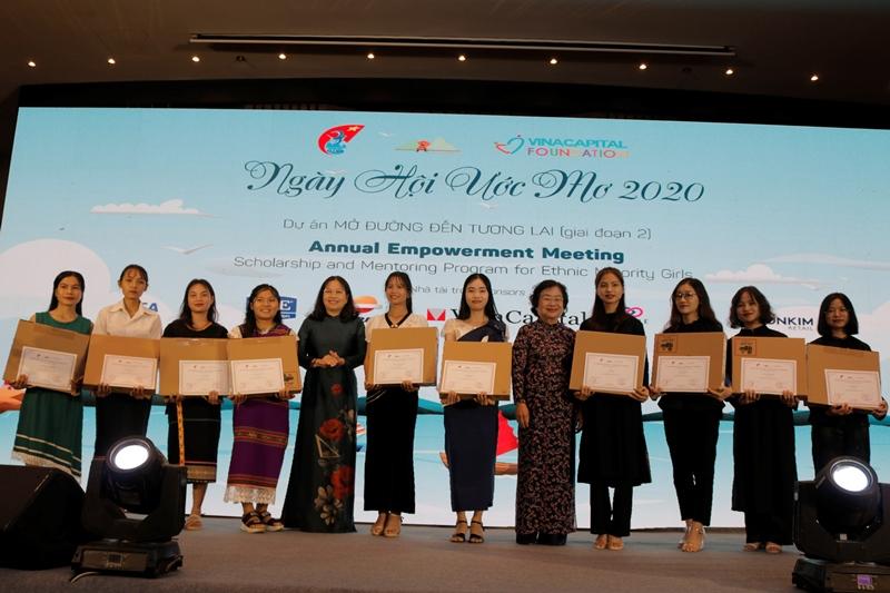 Các em nữ sinh nhận học bổng và máy tính xách tay cho năm học 2020 2021 2 Ngày hội Ước mơ dành cho 50 nữ sinh dân tộc thiểu số của dự án Mở đường đến tương lai