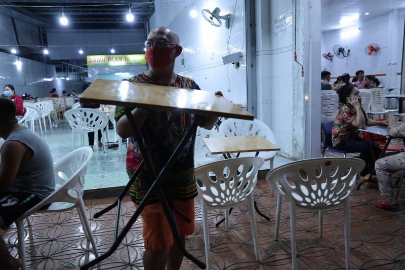 COLOR MAN MƯỢN ĐỒ BƯNG BÀN GHẾ PHỤ GIÚP BÁN HÀNG 2 Bất chấp trời mưa, Color Man xuống phố bán bánh mì giúp cụ bà U80 mắc bệnh Parkinson