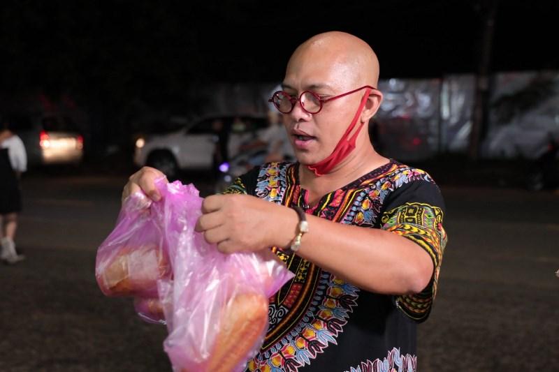 COLOR MAN XUỐNG PHỐ RAO BÁN BÁNH MÌ 2 Bất chấp trời mưa, Color Man xuống phố bán bánh mì giúp cụ bà U80 mắc bệnh Parkinson