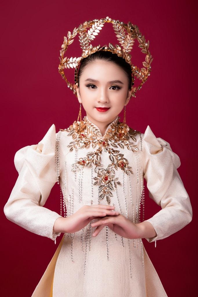 Diễm Quỳnh 2 Mẫu nhí giống Hương Giang đầy thần thái, hóa thân nữ thần ánh sáng