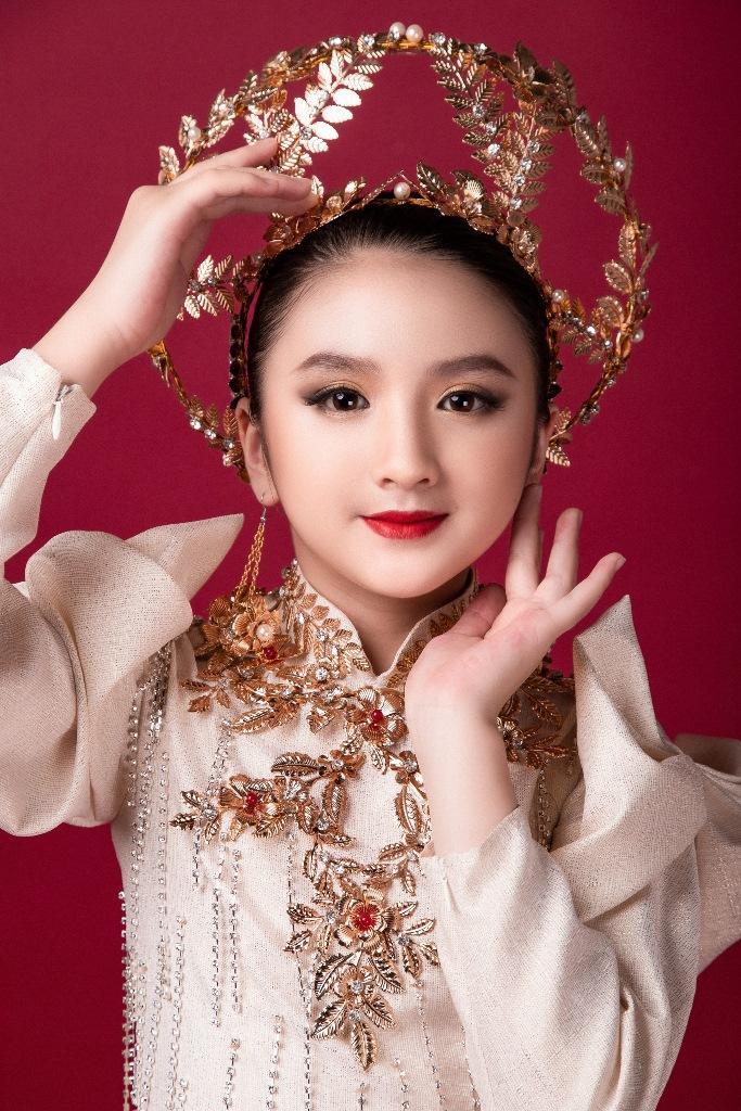Diễm Quỳnh 4 Mẫu nhí giống Hương Giang đầy thần thái, hóa thân nữ thần ánh sáng