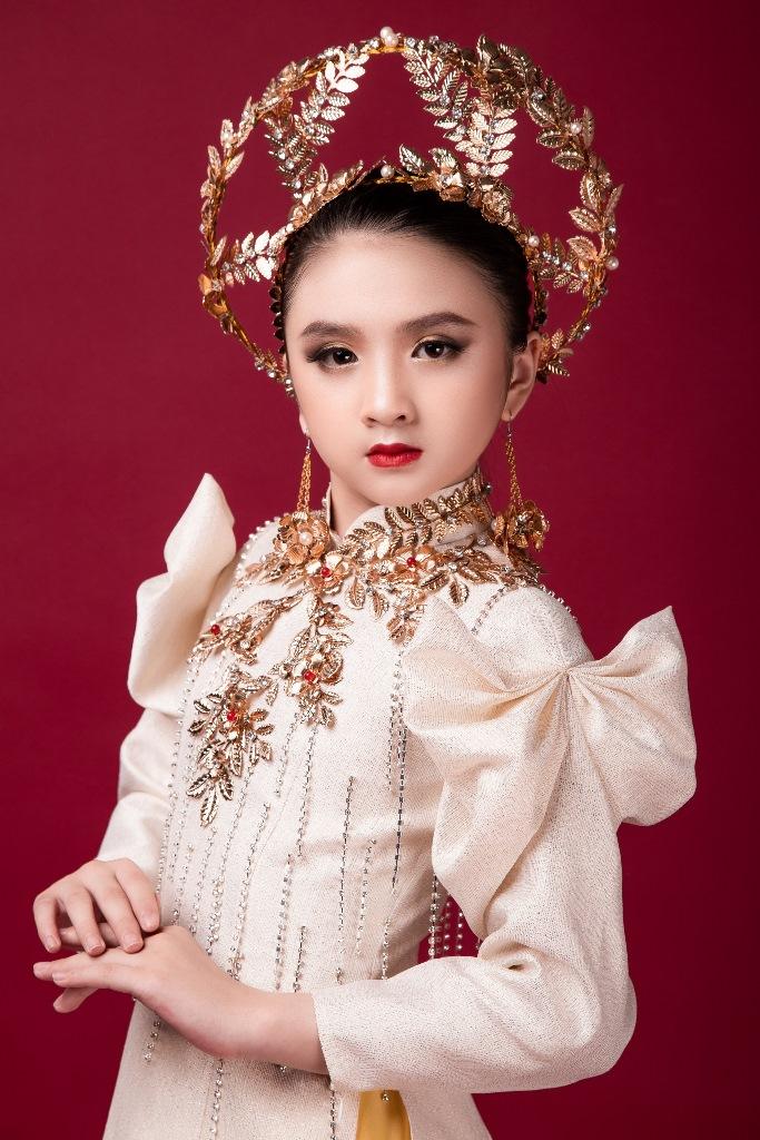Diễm Quỳnh 5 Mẫu nhí giống Hương Giang đầy thần thái, hóa thân nữ thần ánh sáng