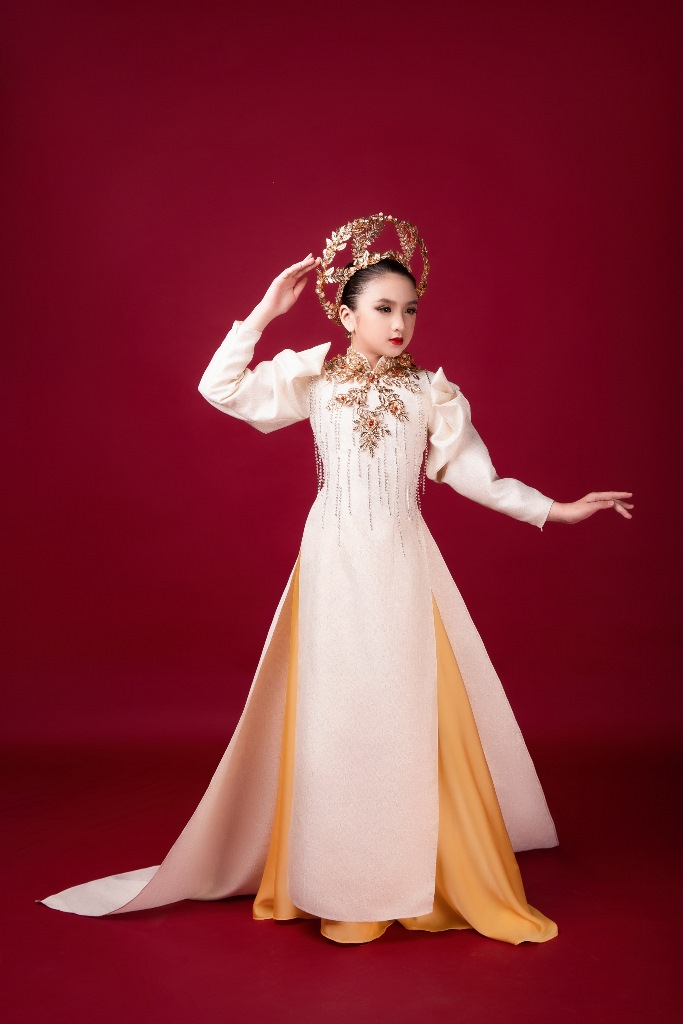 Diễm Quỳnh 6 Mẫu nhí giống Hương Giang đầy thần thái, hóa thân nữ thần ánh sáng