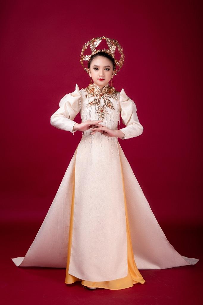 Diễm Quỳnh 7 Mẫu nhí giống Hương Giang đầy thần thái, hóa thân nữ thần ánh sáng