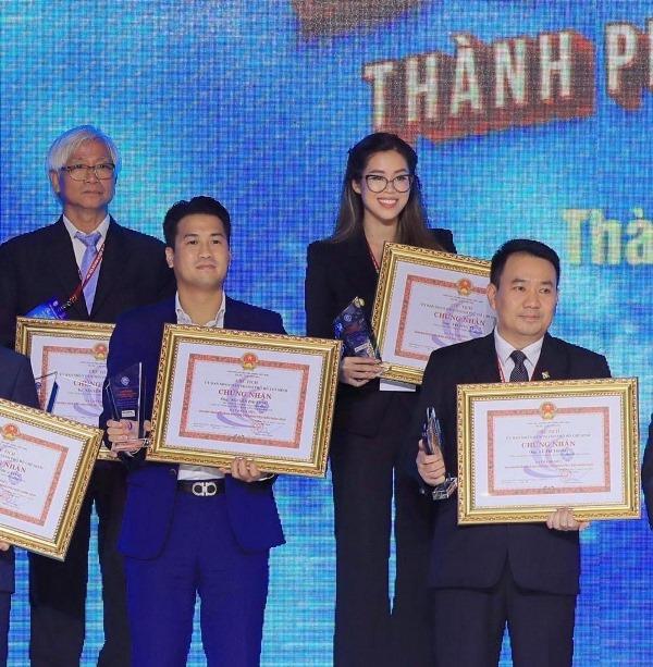 Phillip Nguyen Tien Nguyen cung nhan giai Tiên Nguyễn nhận giải thưởng Doanh nhân Thành phố Hồ Chí Minh tiêu biểu