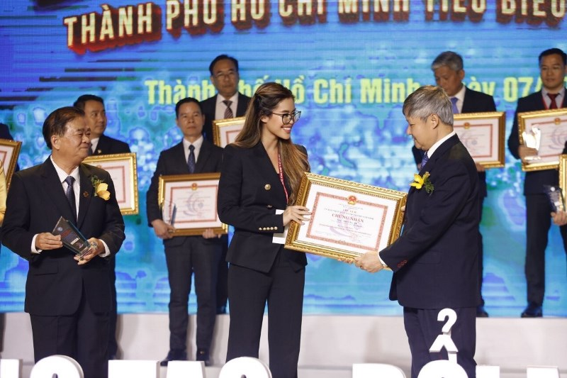 Tien Nguyen nhan giai Tiên Nguyễn nhận giải thưởng Doanh nhân Thành phố Hồ Chí Minh tiêu biểu