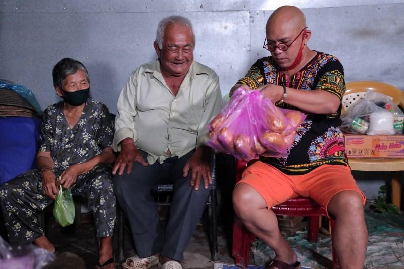 VỢ CHỒNG DÌ NGUYÊN CHÚ PHÚC 1 Bất chấp trời mưa, Color Man xuống phố bán bánh mì giúp cụ bà U80 mắc bệnh Parkinson