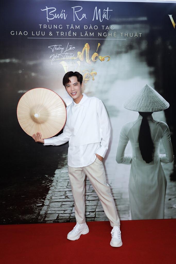 le viet non lá 10 Hàng trăm nghệ sỹ mãn nhãn với thưởng lãm nón Việt của Đạo diễn Lê Việt