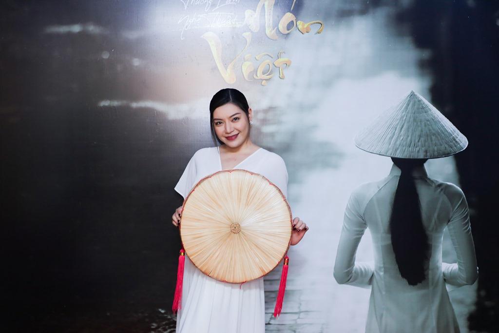 le viet non lá 11 Hàng trăm nghệ sỹ mãn nhãn với thưởng lãm nón Việt của Đạo diễn Lê Việt