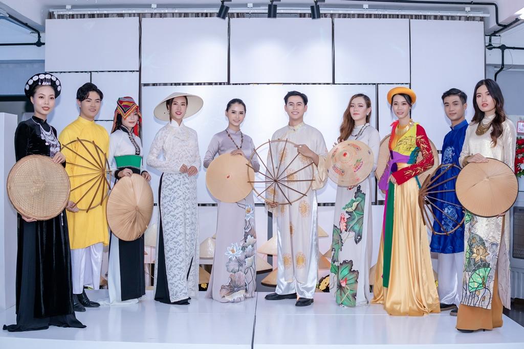 le viet non lá 3 Hàng trăm nghệ sỹ mãn nhãn với thưởng lãm nón Việt của Đạo diễn Lê Việt