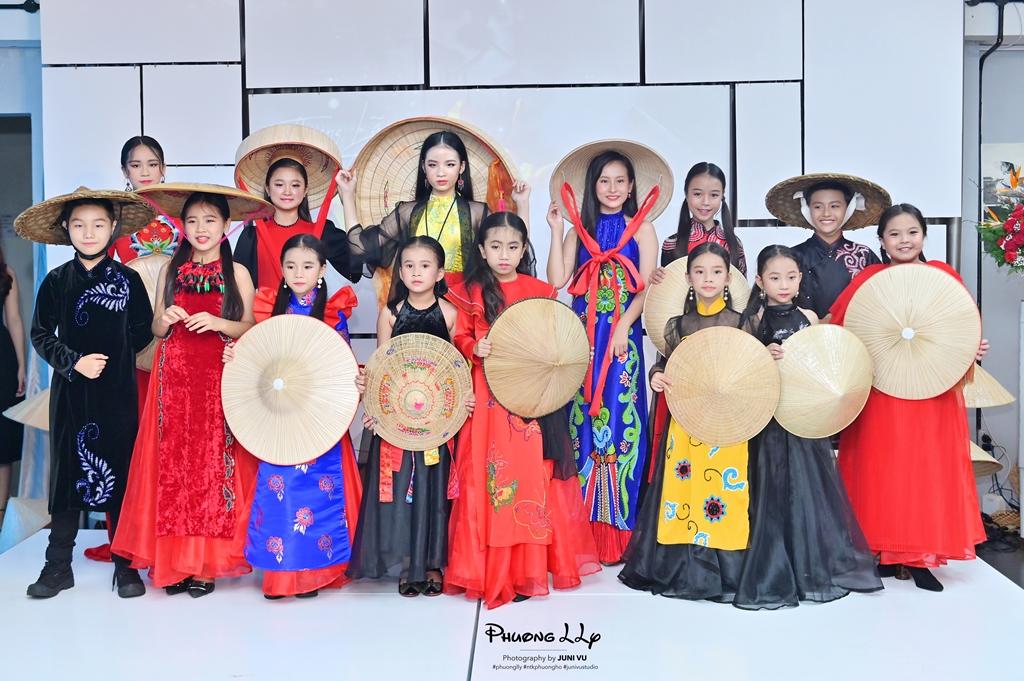 le viet non lá 7 Hàng trăm nghệ sỹ mãn nhãn với thưởng lãm nón Việt của Đạo diễn Lê Việt