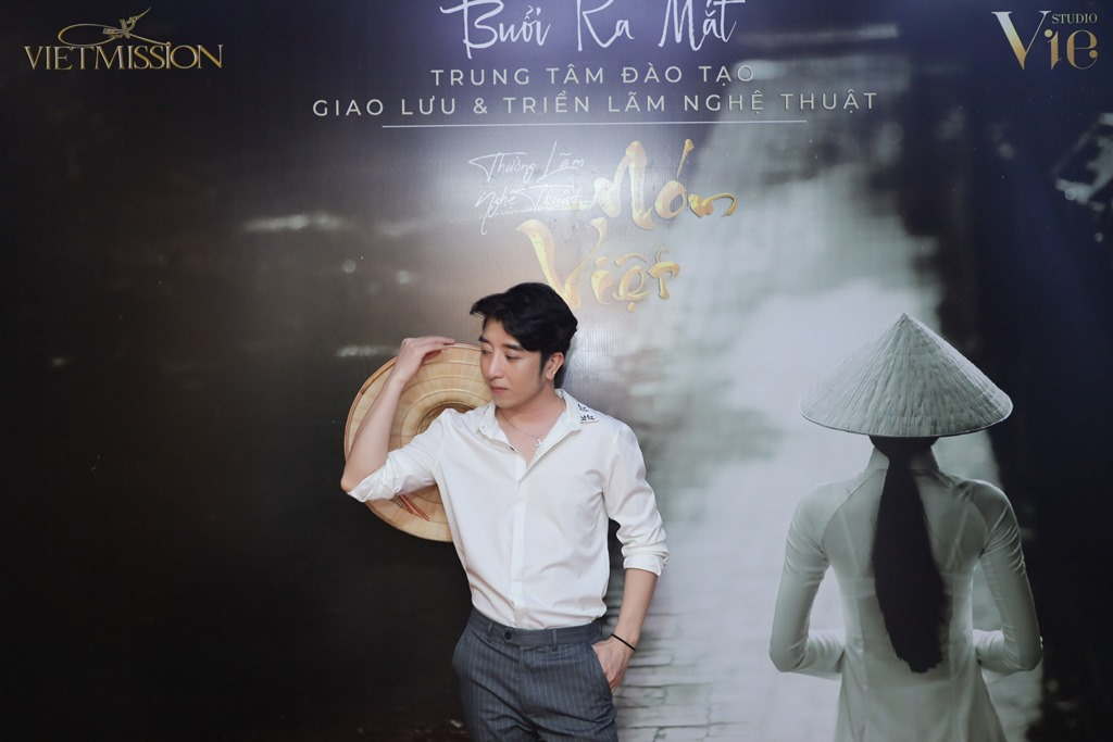 le viet non lá 9 Hàng trăm nghệ sỹ mãn nhãn với thưởng lãm nón Việt của Đạo diễn Lê Việt