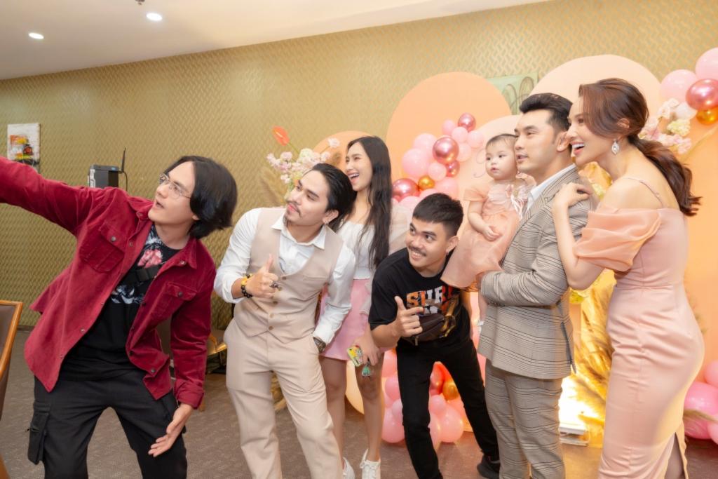 ung hoang phuc 3 Vợ chồng Ưng Hoàng Phúc – Kim Cương tổ chức tiệc sinh nhật tròn 1 tuổi cho con gái