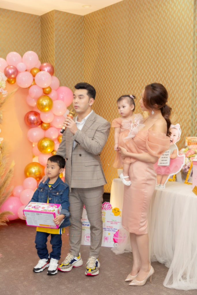ung hoang phuc 4 Vợ chồng Ưng Hoàng Phúc – Kim Cương tổ chức tiệc sinh nhật tròn 1 tuổi cho con gái