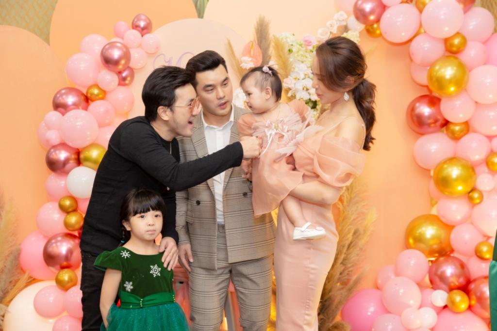 ung hoang phuc 6 Vợ chồng Ưng Hoàng Phúc – Kim Cương tổ chức tiệc sinh nhật tròn 1 tuổi cho con gái