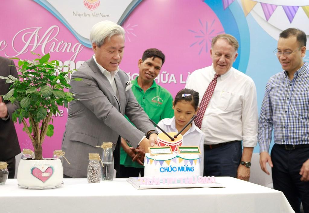 Ông Don Lam cùng bé HNhun Nie cắt bánh kỉ niệm cột mốc VinaCapital Foundation đã phẫu thuật miễn phí cho 8.000 em nhỏ mắc bệnh tim bẩm sinh