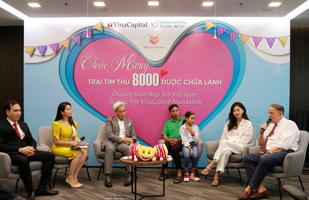 Từ phải sang Ông Rad Kivette cô Ngô Thanh Vân bé HNhun Nie và ba ông Don Lam cùng ThS.BS . Trần Tử Nam tham gia tọa đàm VinaCapital Foundation đã phẫu thuật miễn phí cho 8.000 em nhỏ mắc bệnh tim bẩm sinh