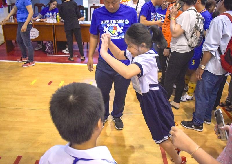 tre tu ky 4 Hơn 350 trẻ tự kỷ hào hứng tham gia hội thao mừng ngày nhà giáo