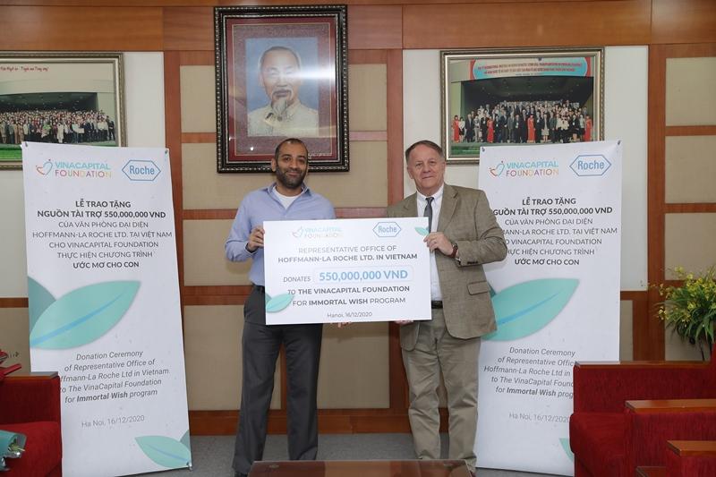 Ông Girish Mulye trao tặng bảng tài trợ tượng trưng cho ông Rad Kivette Roche Việt Nam và VinaCapital Foundation công bố chương trình hỗ trợ trẻ em ung thư và bệnh hiếm