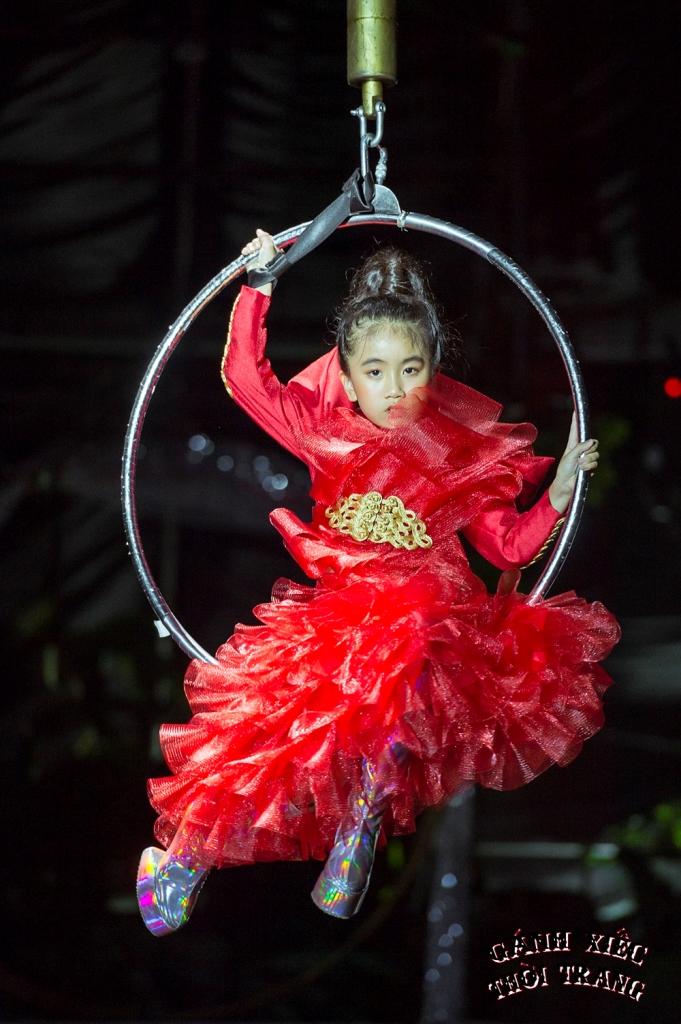 Alice Nguyen Gánh xiếc thời trang: Mẫu nhí catwalk giày móng ngựa, đi xe điện cân bằng, treo người trên không