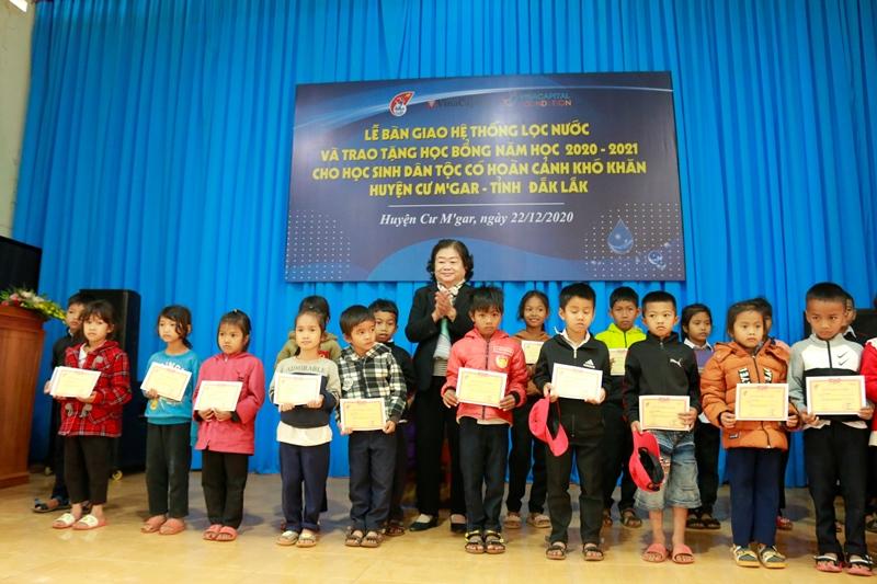 Bà Trương Mỹ Hoa cùng các em học sinh dân tộc thiểu số được nhận học bổng VinaCapital Foundation và Quỹ Học bổng Vừ A Dính trao 225 suất học bổng cho trẻ em huyện Cư M'gar, Đắk Lắk